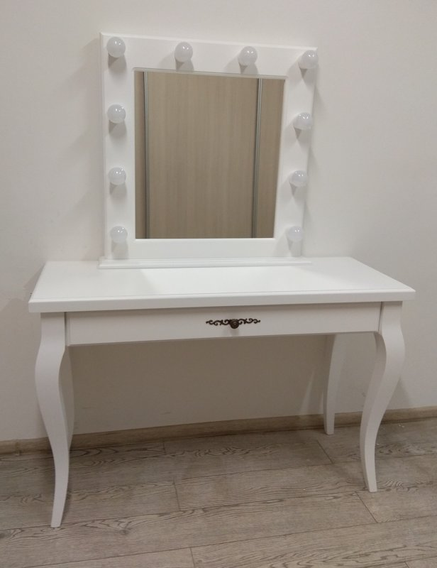 TRADITIONAL MAKEUP TABLE